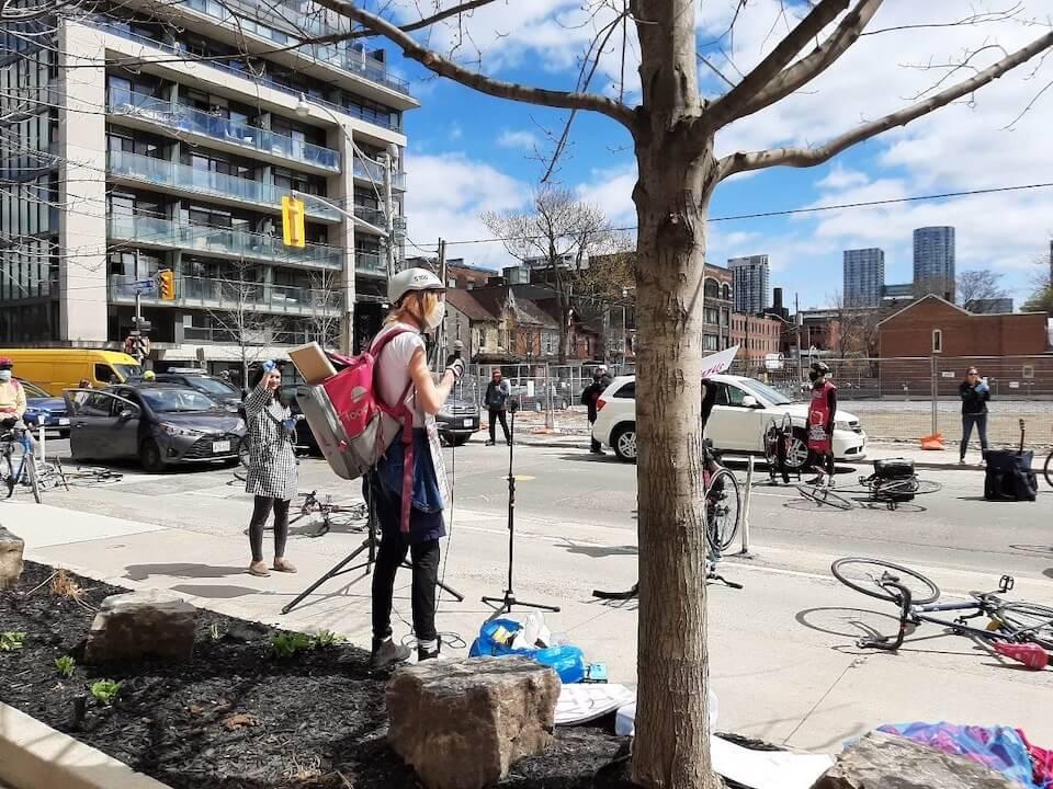 Photo 1 : Les livreurs et livreuses de Foodora et le STTP tiennent une manifestation sans danger et respectant les règles de distanciation physique devant le siège social de Foodora au Canada.