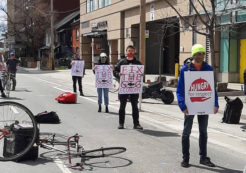 Photo 2 : Les livreurs et livreuses de Foodora et le STTP tiennent une manifestation sans danger et respectant les règles de distanciation physique devant le siège social de Foodora au Canada.