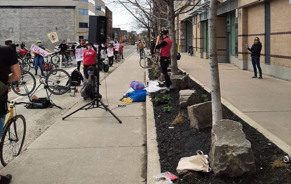 Photo 4 : Les livreurs et livreuses de Foodora et le STTP tiennent une manifestation sans danger et respectant les règles de distanciation physique devant le siège social de Foodora au Canada.