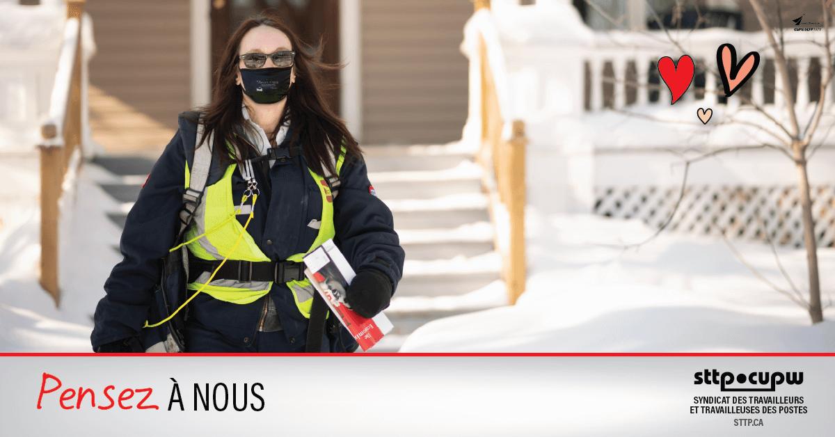 Bien habillée pour affronter l'hiver, cette factrice, membre du STTP, s'éloigne d'une maison après sa livraison.