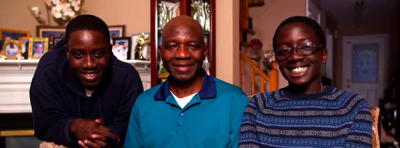 Photo montrant un père et ses deux fils.